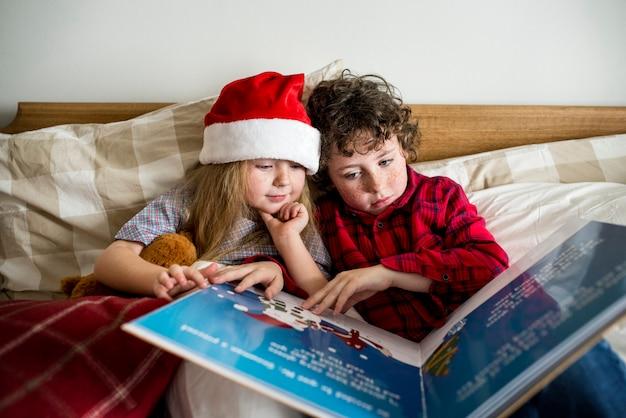 Кавказские братья и сестры, наслаждающиеся рождественским праздником