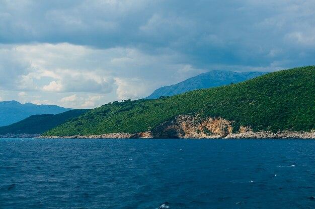 Пещера в скале на полуострове луштица в черногории