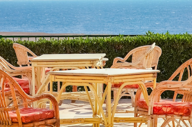 夏休みに人々のビジネス海を食べるためのテーブル付きの椅子