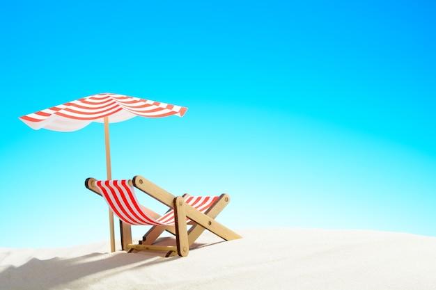 모래 해변의 우산 아래 긴 의자, 복사 공간이 있는 하늘