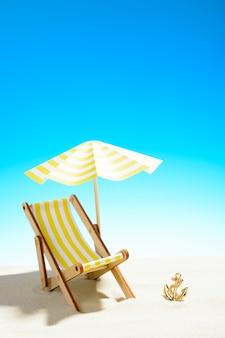 복사 공간이 있는 모래 해변의 우산 아래 긴 의자