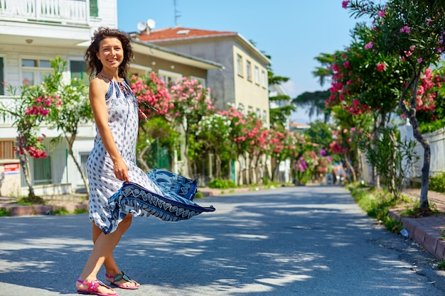 魅力的なブルネットの少女がトルコのブユカダ島の通りを歩く