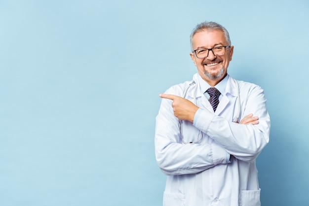 Веселый доктор позирует и улыбается в камеру
