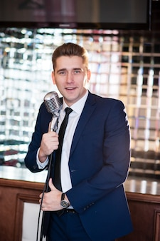 Веселый мужчина с микрофоном