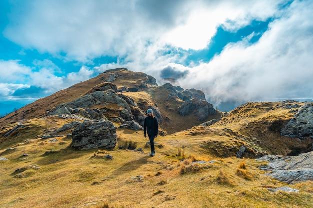 Веселая молодая женщина на походе горы аяко харриа в зимнее утро, гипускоа. страна басков