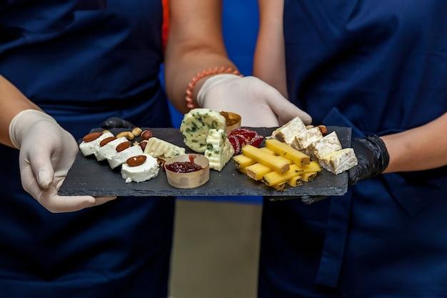 ダークボードにさまざまな種類のチーズを詰め合わせたチーズプレート
