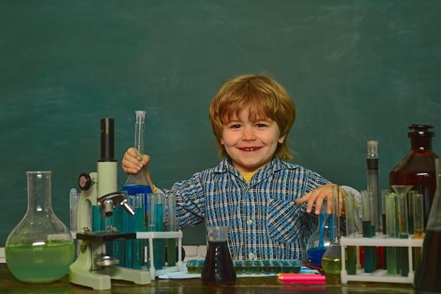 化学のデモンストレーション。顕微鏡による生物学実験。学校に戻る。化学の授業。