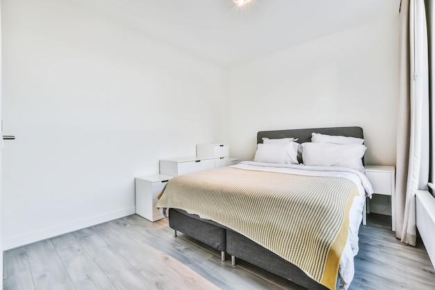 Шикарная двуспальная кровать в спальне