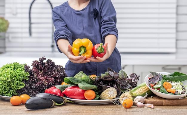 샐러드를 준비하는 과정에서 다양한 야채 벽에 아이.
