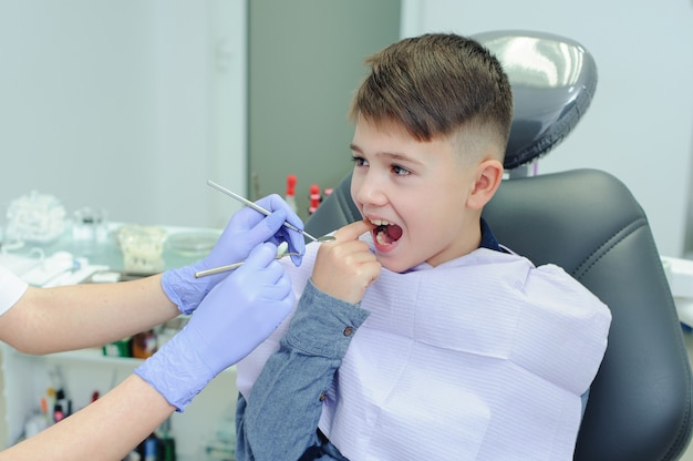 치과 사무실에서 치과 의사와 아이 소년