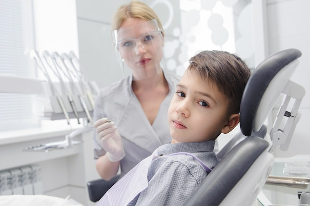 歯科医院に歯科医がいる男の子