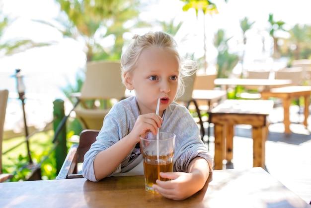 Ребенок пьет сок на отдыхе