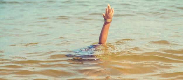 Ребенок тонет в воде в море