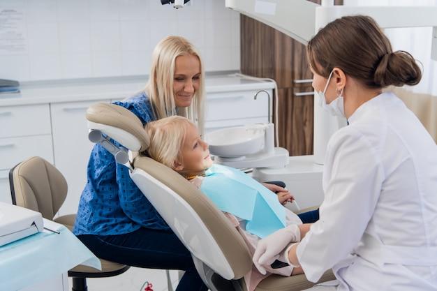 Ребенок регулярно проходит обследование в кабинете стоматолога