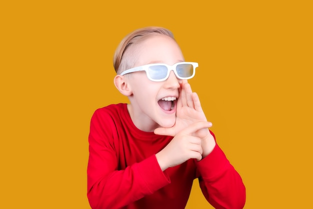3d 안경을 쓴 아이가 손을 입에 대고 소리를 지른다