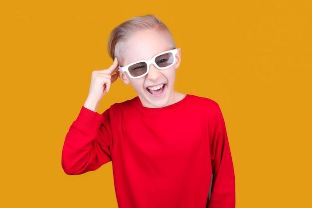 3d 안경을 쓴 아이가 관자놀이에 손을 대고 머리에 통증을 보여줍니다