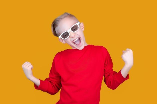 3d 안경을 쓴 아이가 우승자로 손을 들었다