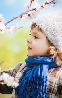 Ребенок в цветущем саду. выборочный фокус.
