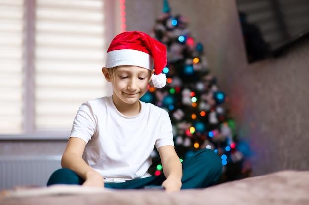 화환의 배경에 크리스마스 산타 모자에 아이