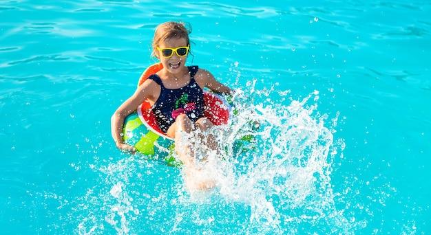 Ребенок по кругу плавает в бассейне. выборочный фокус. ребенок.