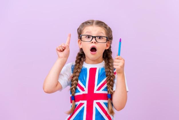 영국 국기가 달린 셔츠를 입은 아이가 깜짝 놀라 입을 벌리고 당신의 광고를 가리켰습니다.