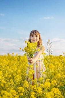 Ребенок в желтом поле, горчица цветет