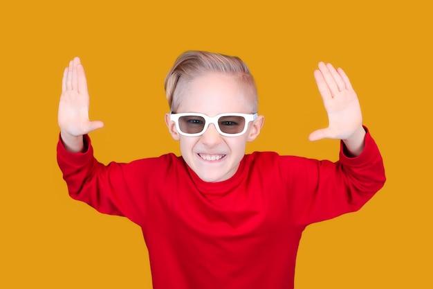 어린이용 3d 안경을 쓴 아이가 즐겁게 손을 듭니다