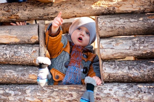 公園の木造住宅で遊んだ子供