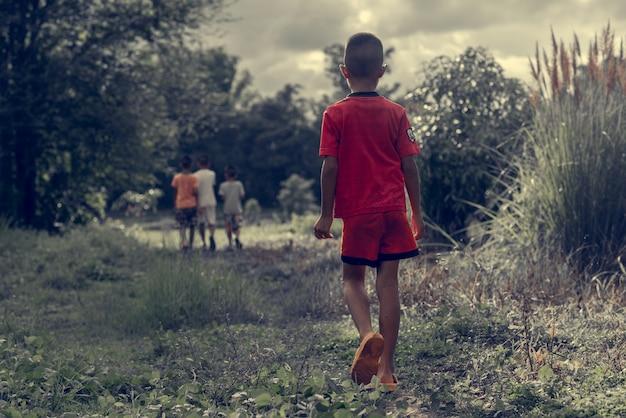 아이가 어두운 숲속을 걷고있다
