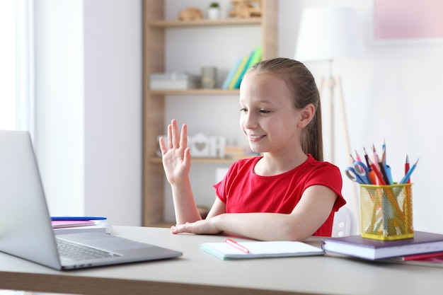 子供はインターネット上の最新のラップトップを介して自宅でオンラインで学習します