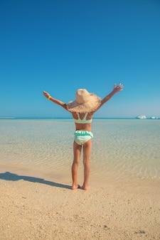 海の近くのビーチにいる子供。セレクティブフォーカス。自然。