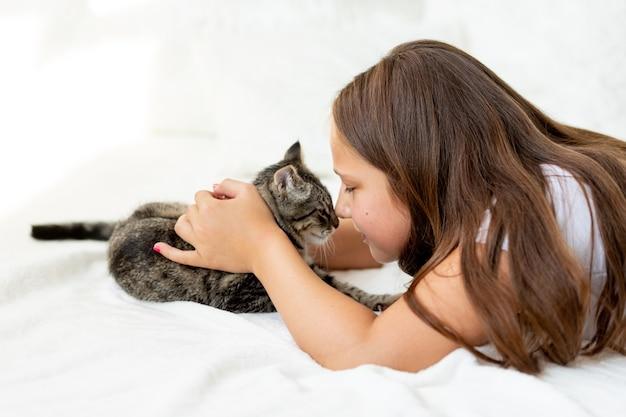 家で猫と遊ぶ子供