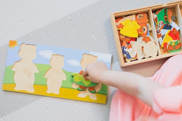 Ребенок играет в развивающие игры.