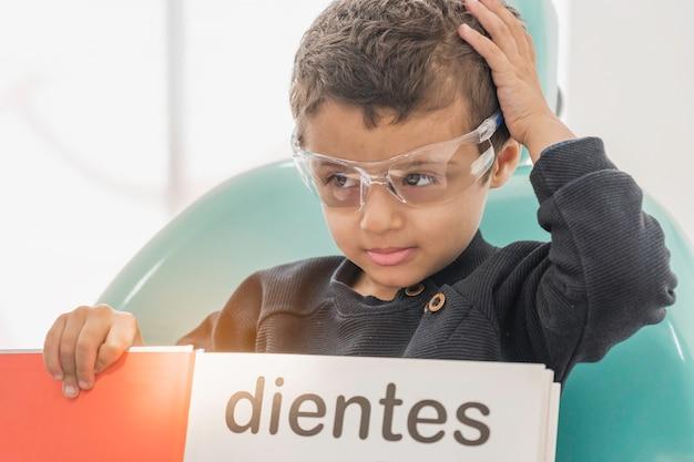 歯科医院に歯科医がいる子供。子供の診療所での歯科治療。
