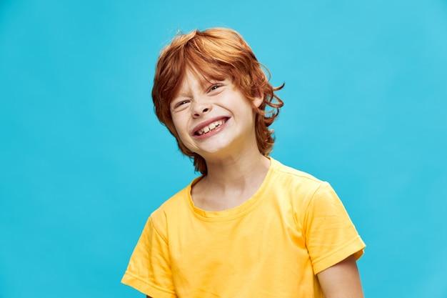 赤髪の子供が歯をむき出しにして、青に対して目を細めた