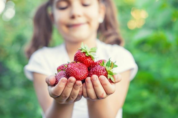 손에 딸기와 아이