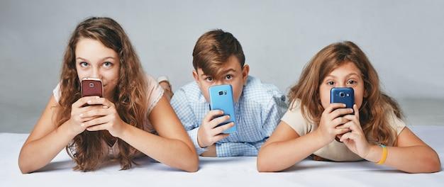 子供たちは電話の後ろに隠れています