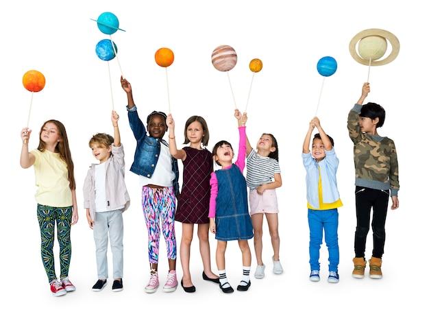 子供が小惑星を抱えています。
