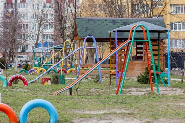 Детская площадка, слайдер на песке.