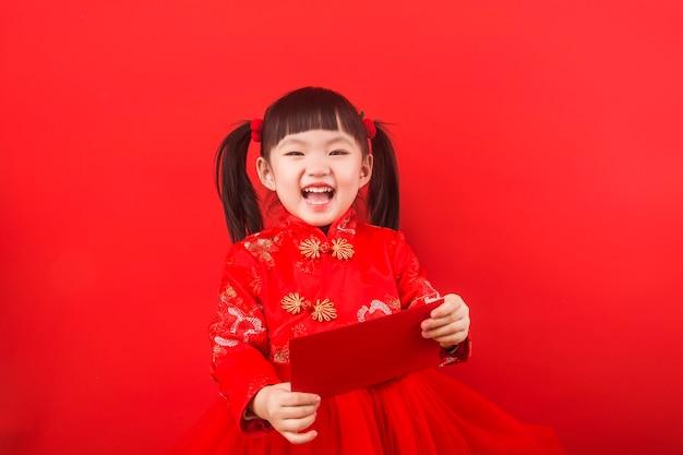 Китайская девушка встречает китайский новый год с красным конвертом