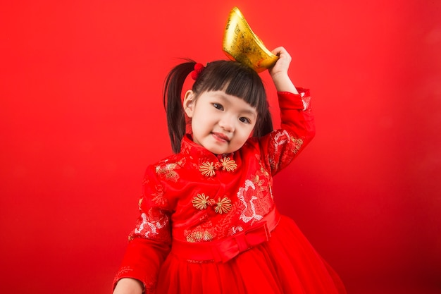 중국 소녀가 금괴로 봄 축제를 축하합니다. 금괴의 중국어 번역 : 금괴의 부