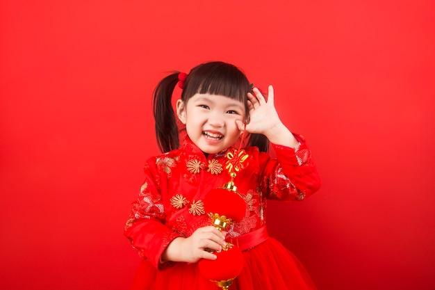 랜턴으로 봄 축제를 맞이한 중국 소녀