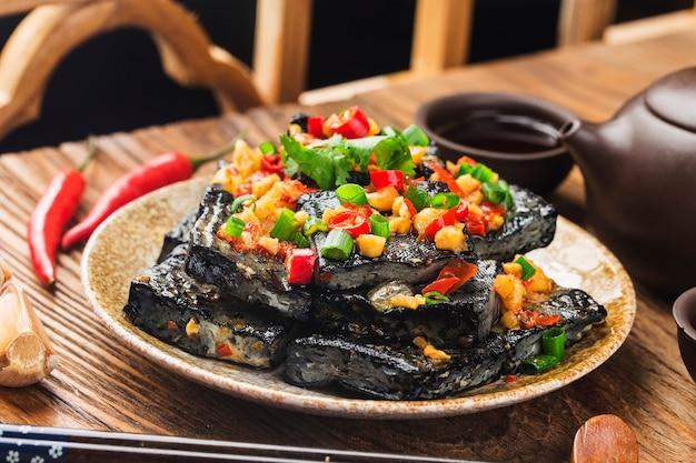 Китайская закуска: вонючий тофу Premium Фотографии