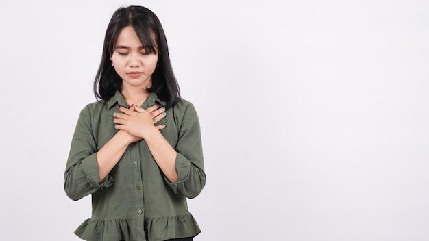 겸손하게 고립 된 흰 벽을기도하는 기독교 여성