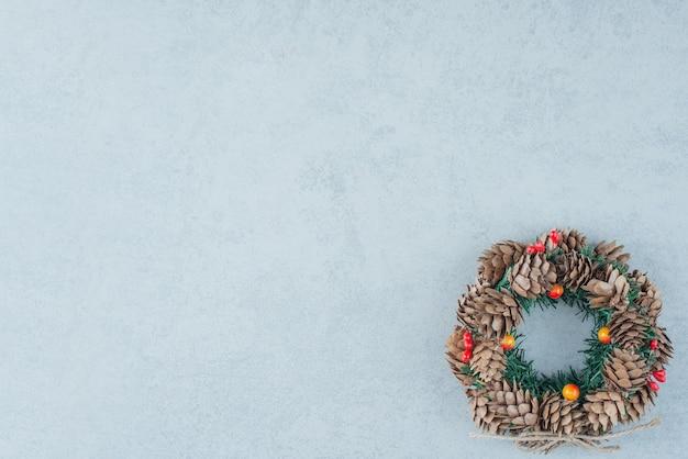 大理石の背景に松ぼっくりからのクリスマスリース。高品質の写真