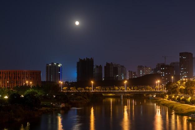 夜の街、川が流れる色とりどりの街