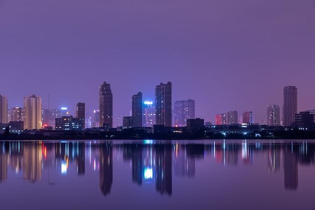 夜の湖に映る街