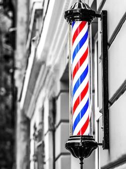 Классический логотип парикмахера. полюс парикмахерской. логотип парикмахерской, символ. полюс для парикмахерских, ретро. старомодный старинный полюс парикмахерской. черное и белое.