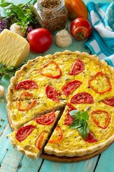 Классический лотарингский пирог с заварным кремом, гречишные грибы, перец, помидоры, сыр и яичная начинка на деревянном столе
