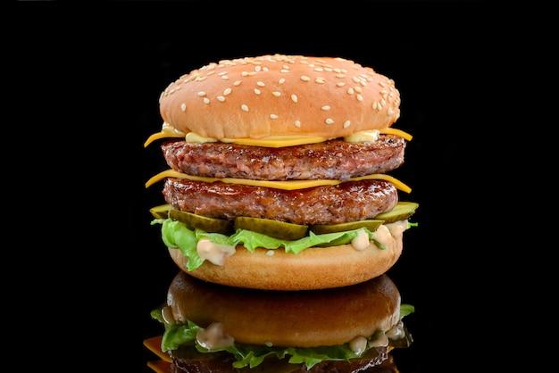 クラシックなスタイルのダブルチーズバーガー。ビーフパテが2つ、ソース、レタス、チーズ、ピクルス、玉ねぎが、ごまパンにソーダが添えられています。